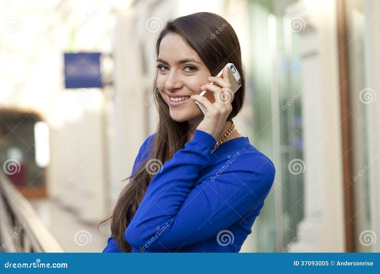 Download Szczęśliwa Kobieta Opowiada Na Telefonie Komórkowym Obraz Stock - Obraz złożonej z komórka, szczęśliwy: 37093005