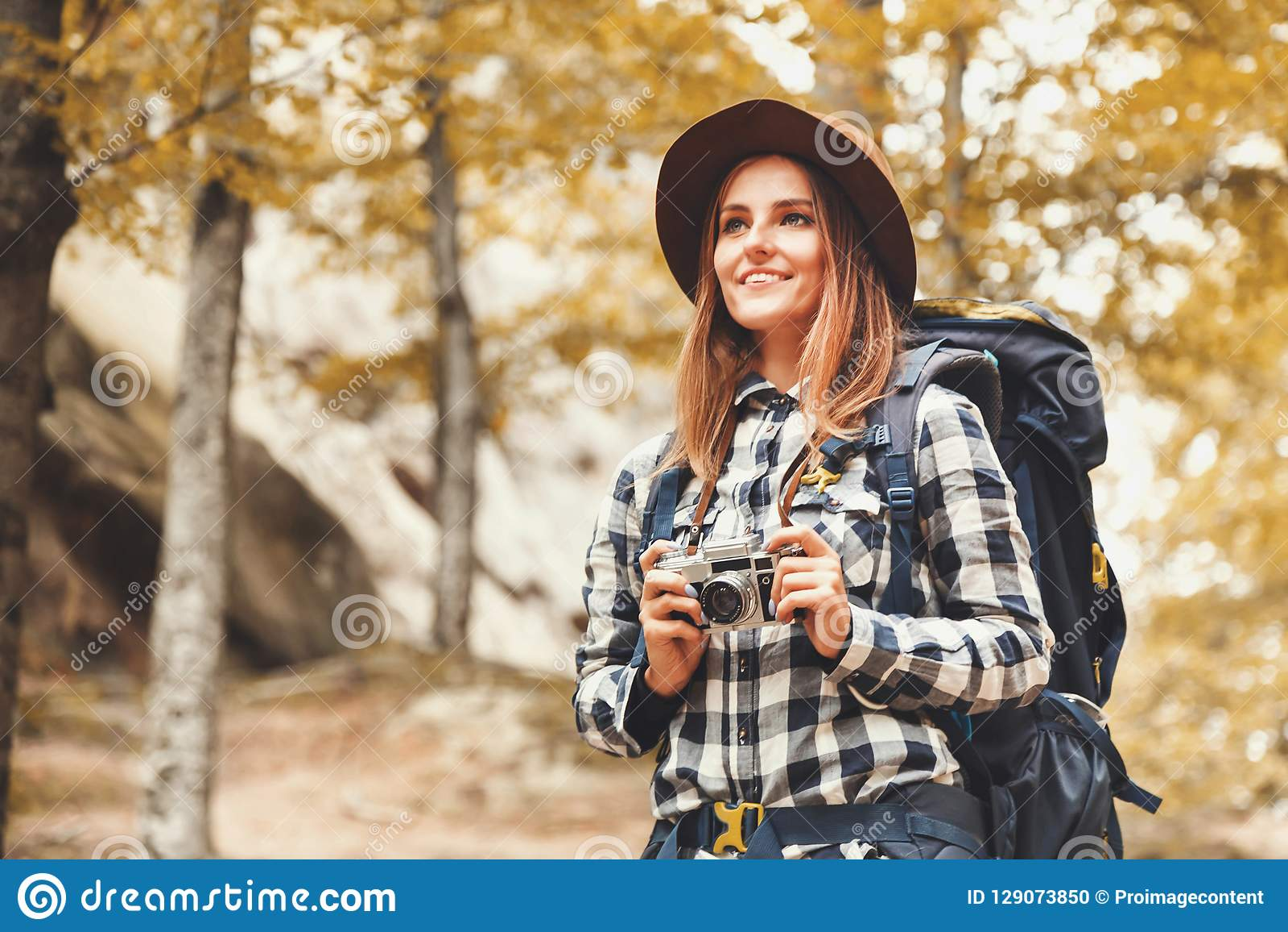 Szczęśliwa kobieta Patrzeje Na Lasowych widokach