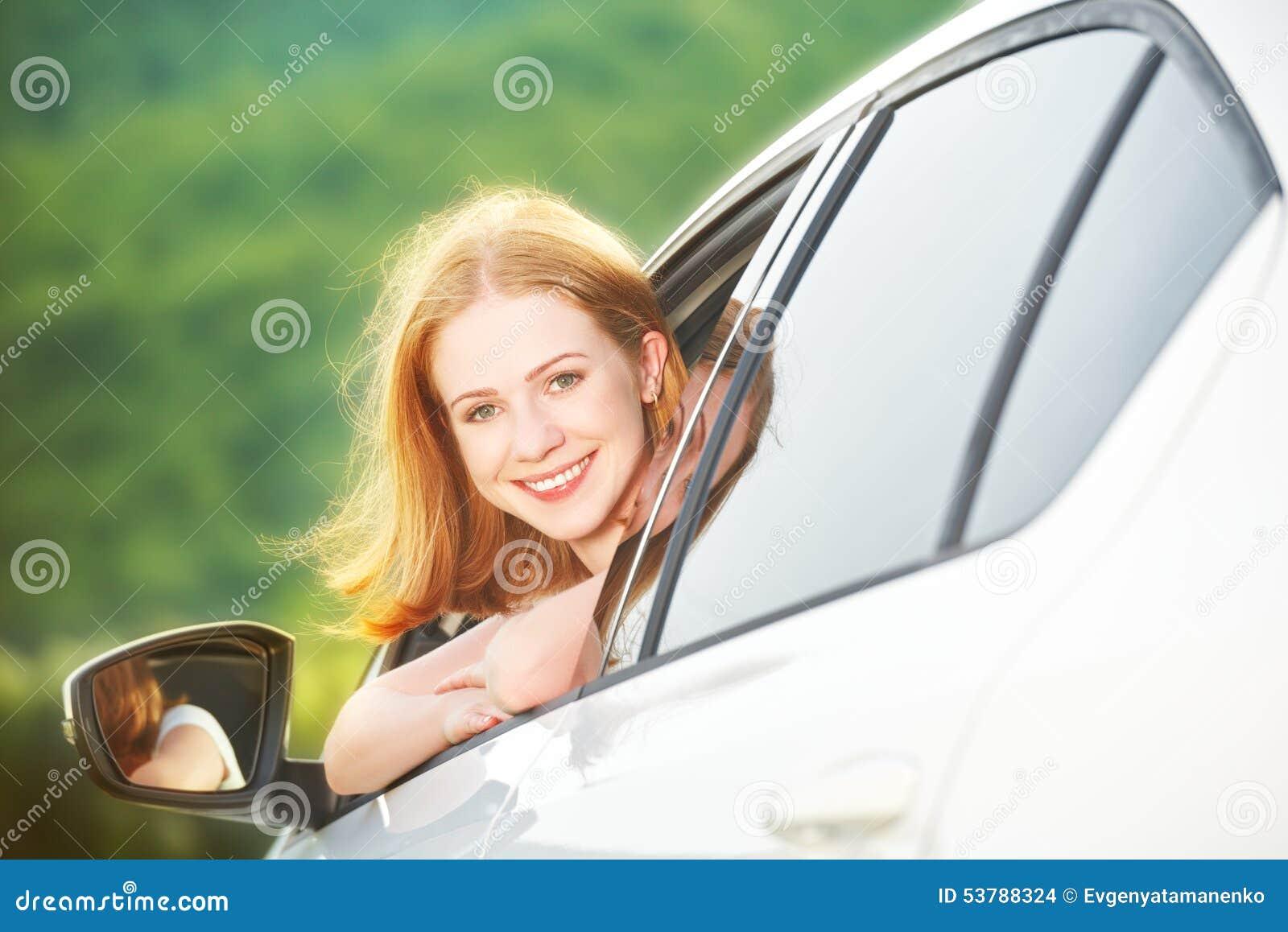 Szczęśliwa kobieta patrzeje out samochodowego okno na naturze