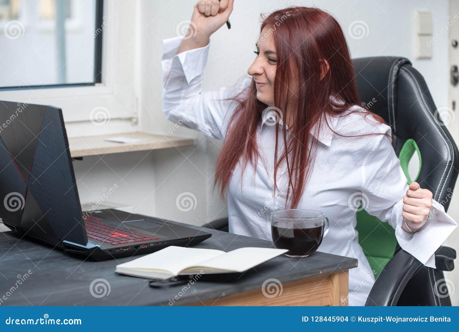 Szczęśliwa kobieta pracująca, mały biznes