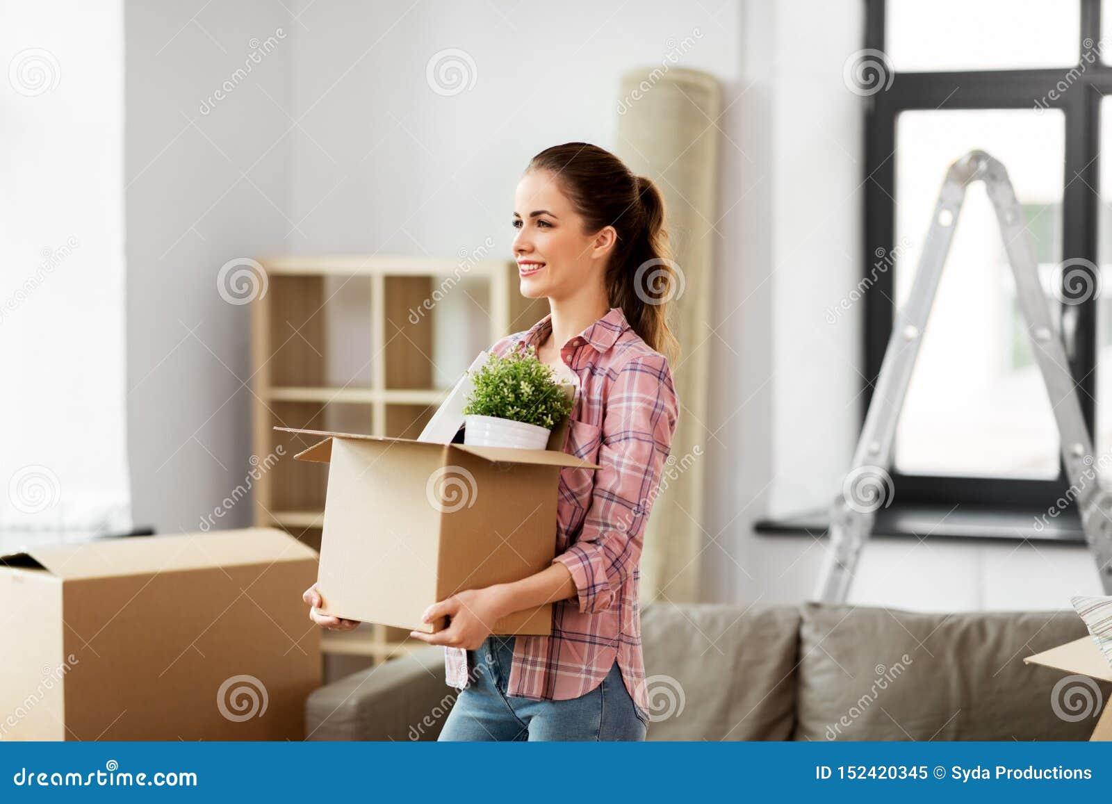 Szczęśliwa kobieta rusza się nowy dom z materiałem
