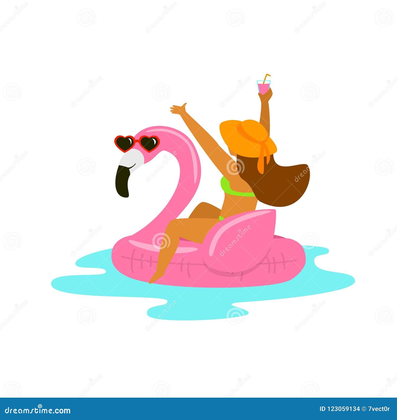 Szczęśliwa kobieta w flaminga nadmuchiwanym pławiku na plażowych wakacjach