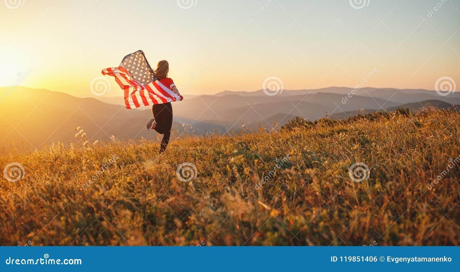 Szczęśliwa kobieta z flaga zlani stany cieszy się zmierzch na na