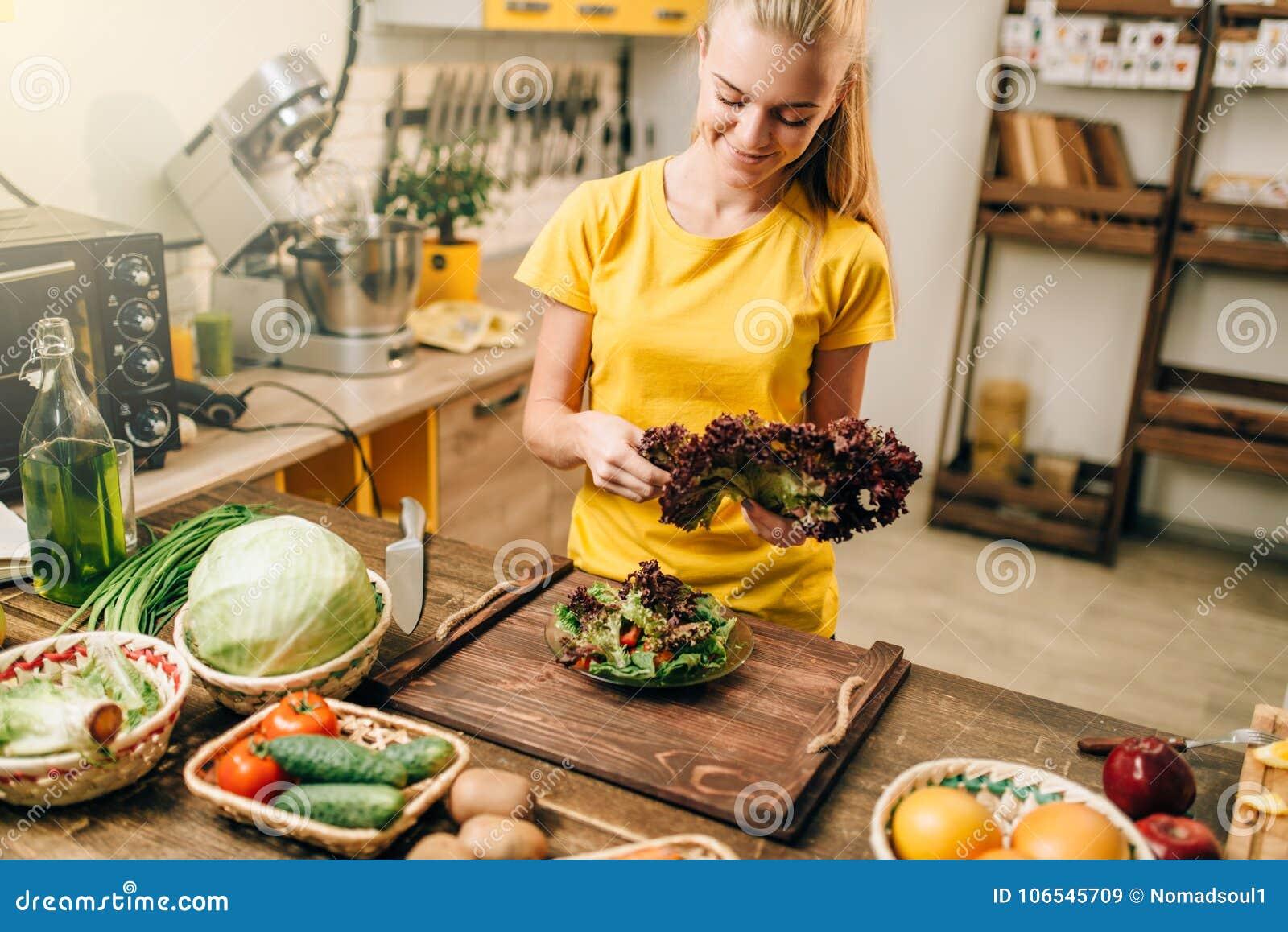 Szczęśliwa kobiety mienia sałatka, gotuje zdrowego jedzenie