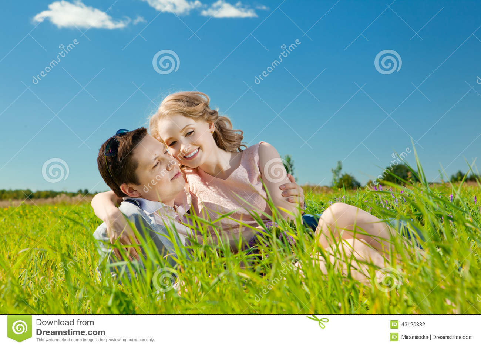 Szczęśliwa młoda dorosła para w miłości na polu Dwa, mężczyzna i wom,