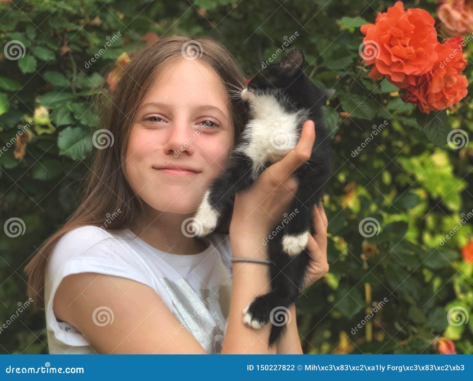 Szczęśliwa młoda dziewczyna i jej kiciunia w ręce