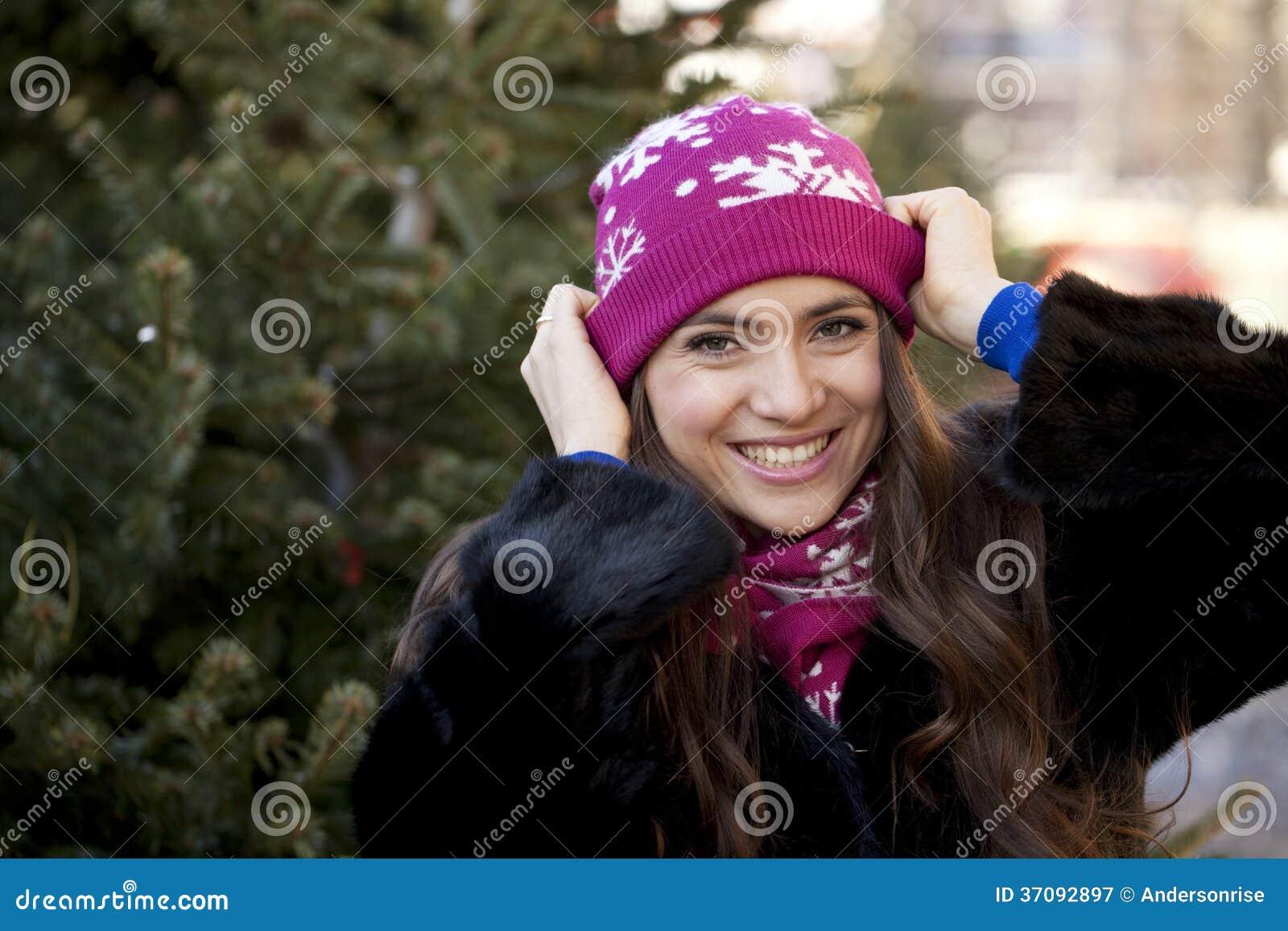 Download Szczęśliwa Młoda Kobieta Na Tle Zimy Miasto Obraz Stock - Obraz złożonej z leisure, lifestyle: 37092897