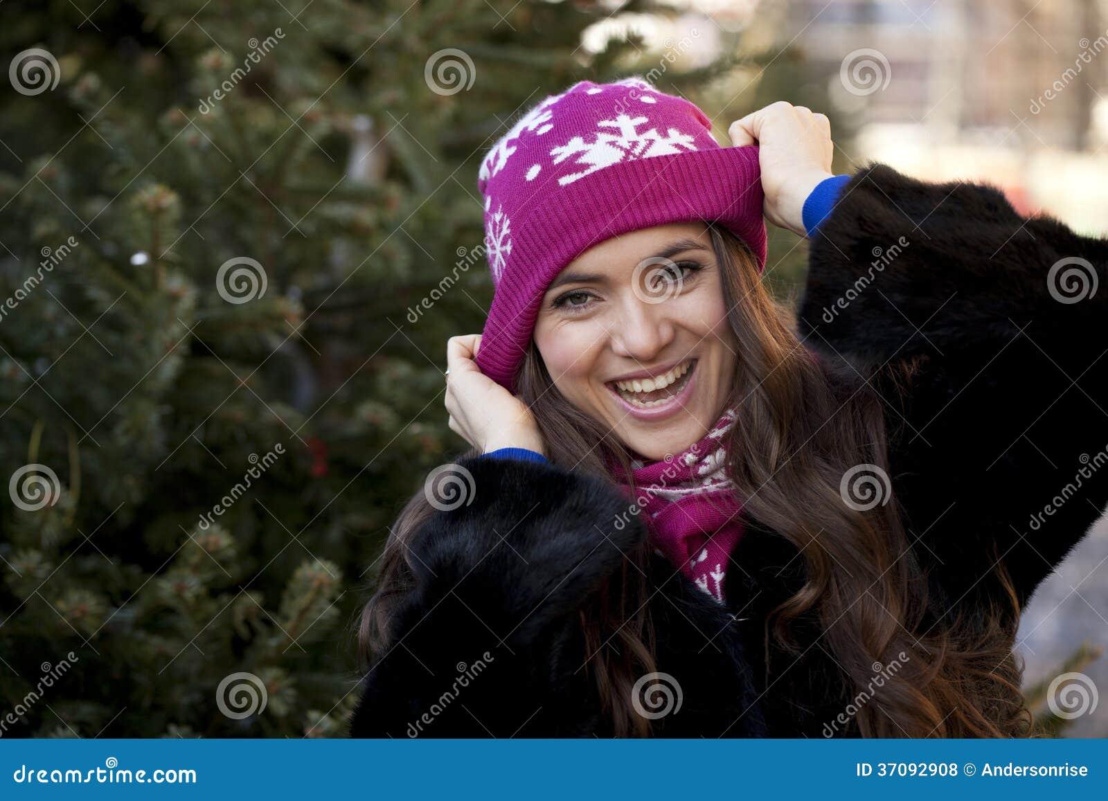 Download Szczęśliwa Młoda Kobieta Na Tle Zimy Miasto Zdjęcie Stock - Obraz złożonej z hairball, dorosły: 37092908