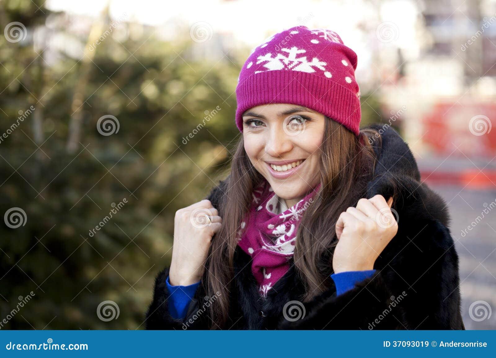 Download Szczęśliwa Młoda Kobieta Na Tle Zimy Miasto Obraz Stock - Obraz złożonej z zbliżenie, atrakcyjny: 37093019