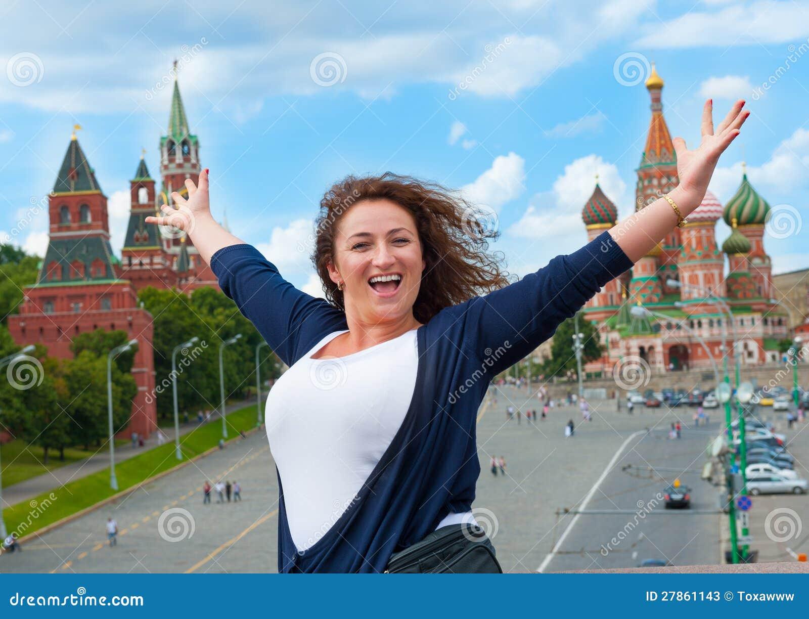 Szczęśliwa młoda kobieta turystyczny odwiedza Moskwa