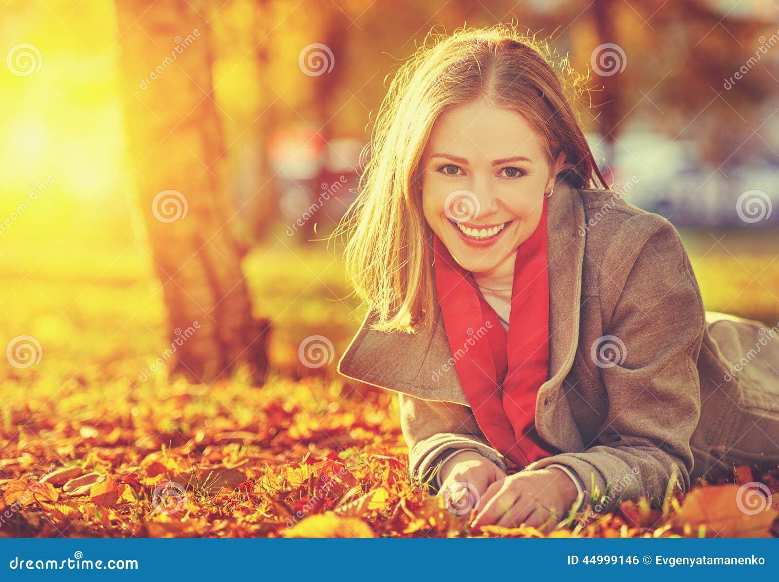 Szczęśliwa młoda piękna kobieta w jesieni