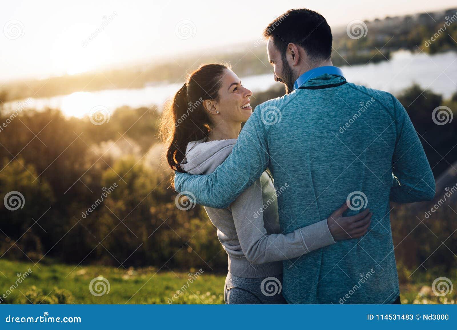 Szczęśliwa młoda sporty para dzieli romantycznych momenty