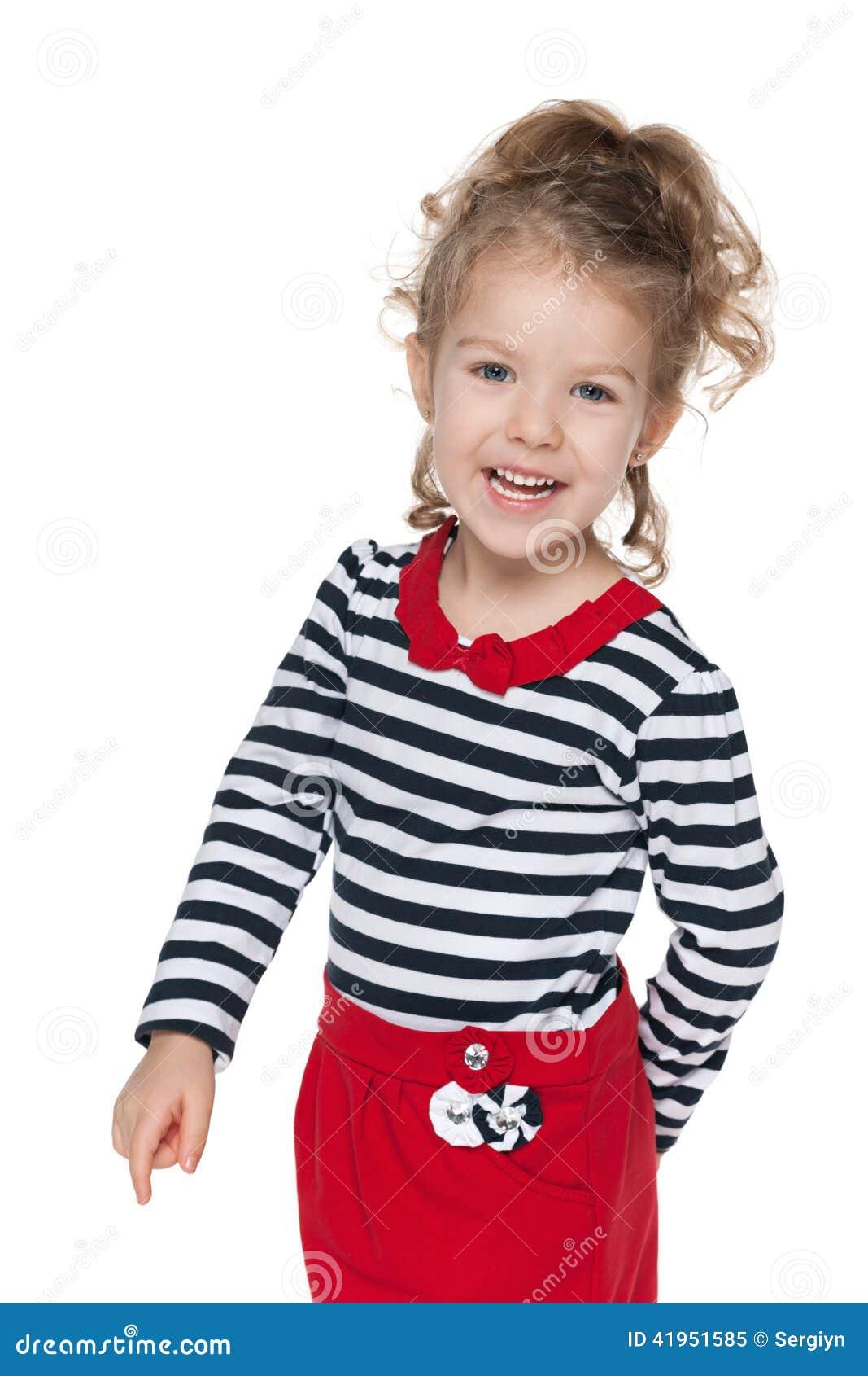 Szczęśliwa mała dziewczynka w pasiastej bluzce