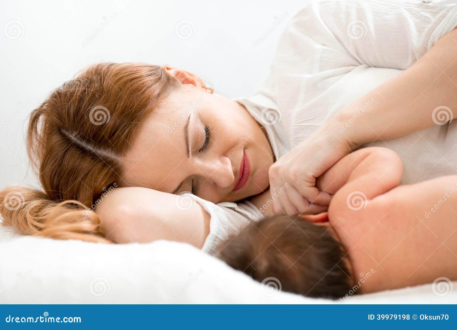 Szczęśliwa mama breastfeeding nowonarodzonego dziecka