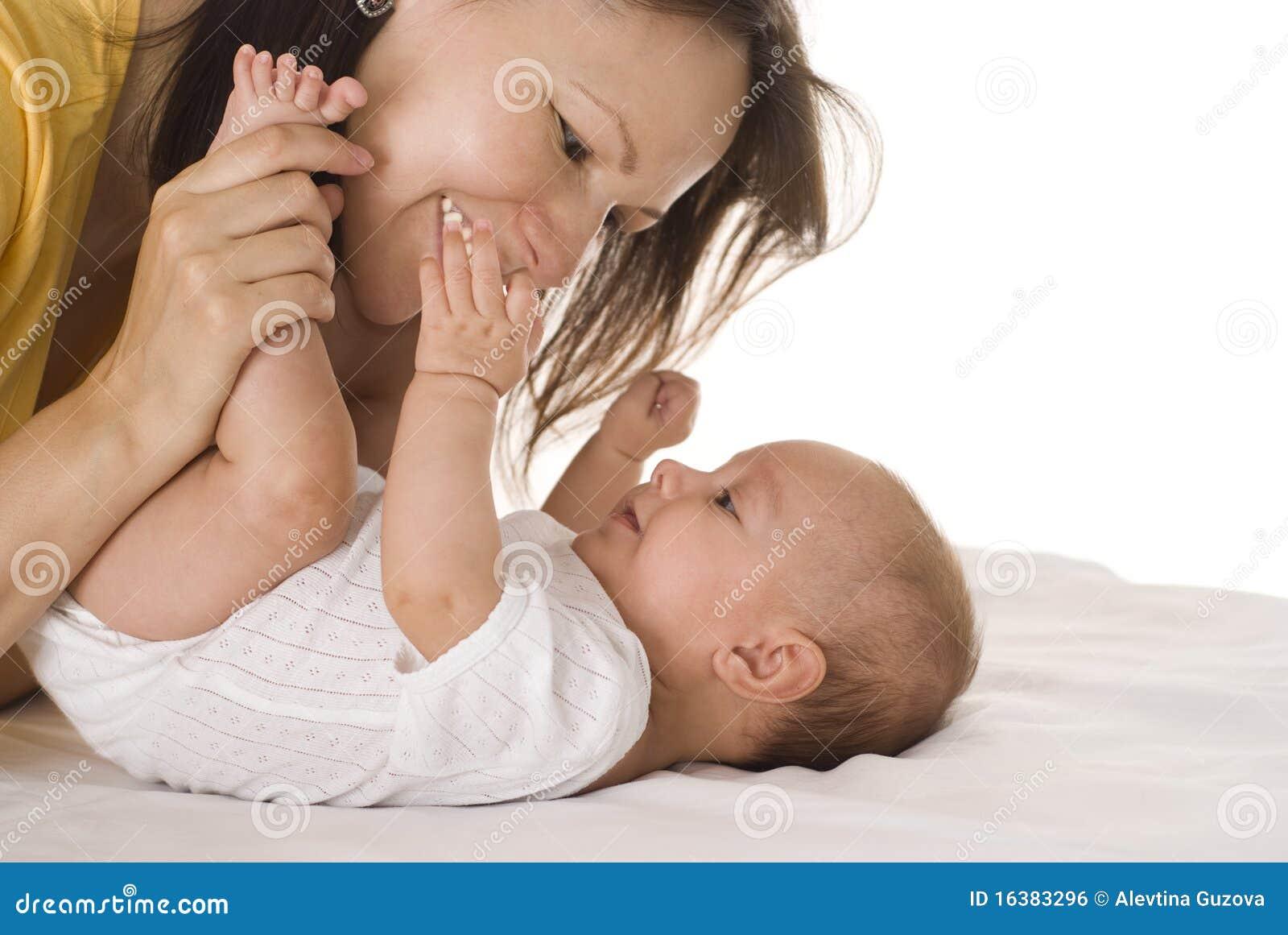 Szczęśliwa mama trzyma dziecka