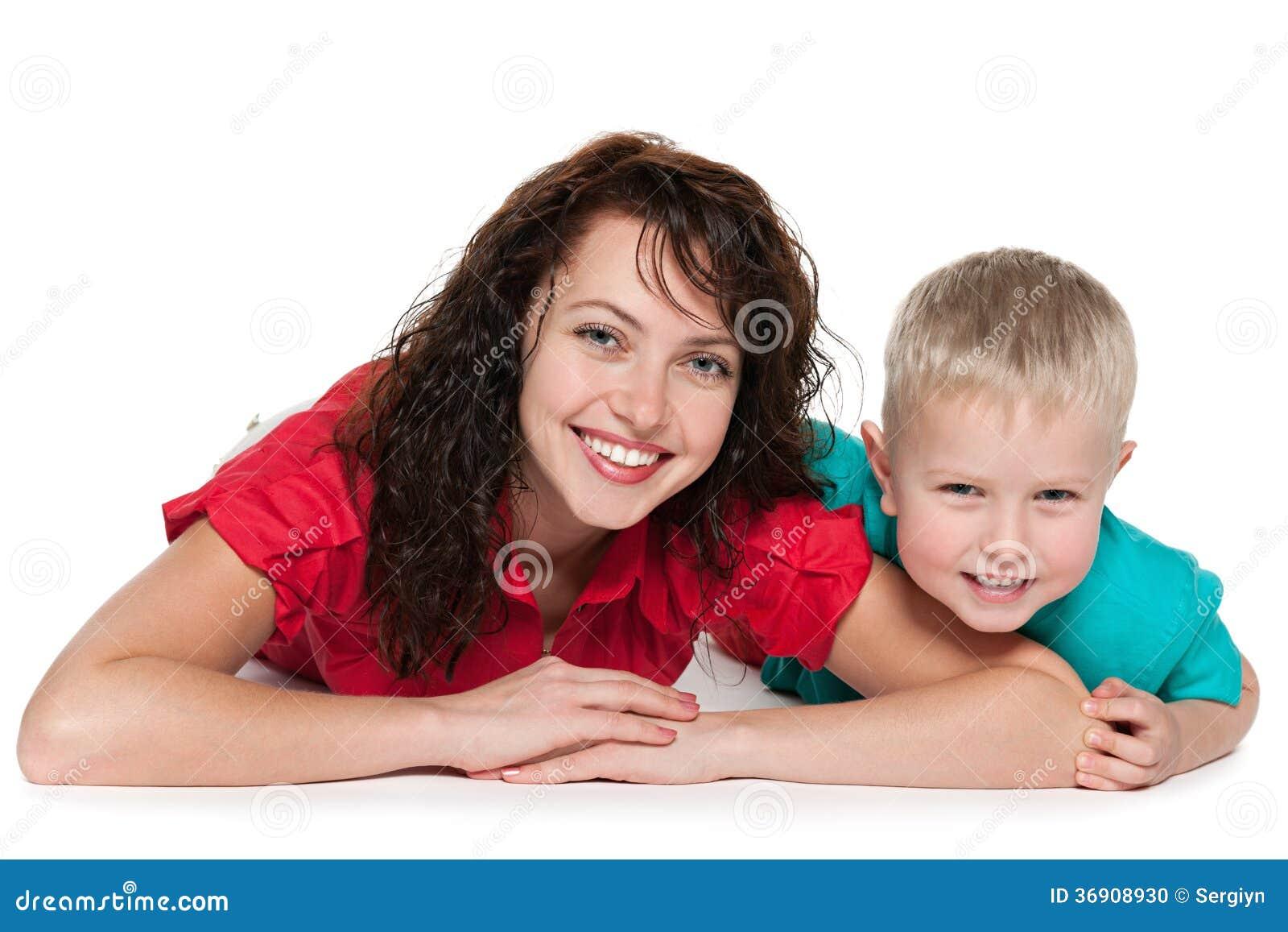 Szczęśliwa matka z jej syna kłamstwem na podłoga