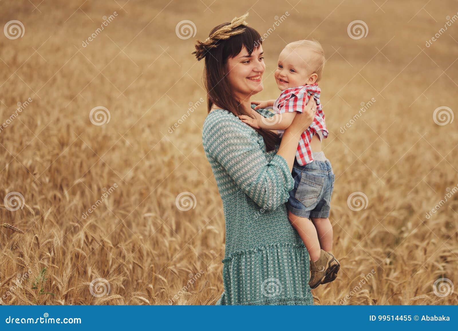 Szczęśliwa matka z synem w polu