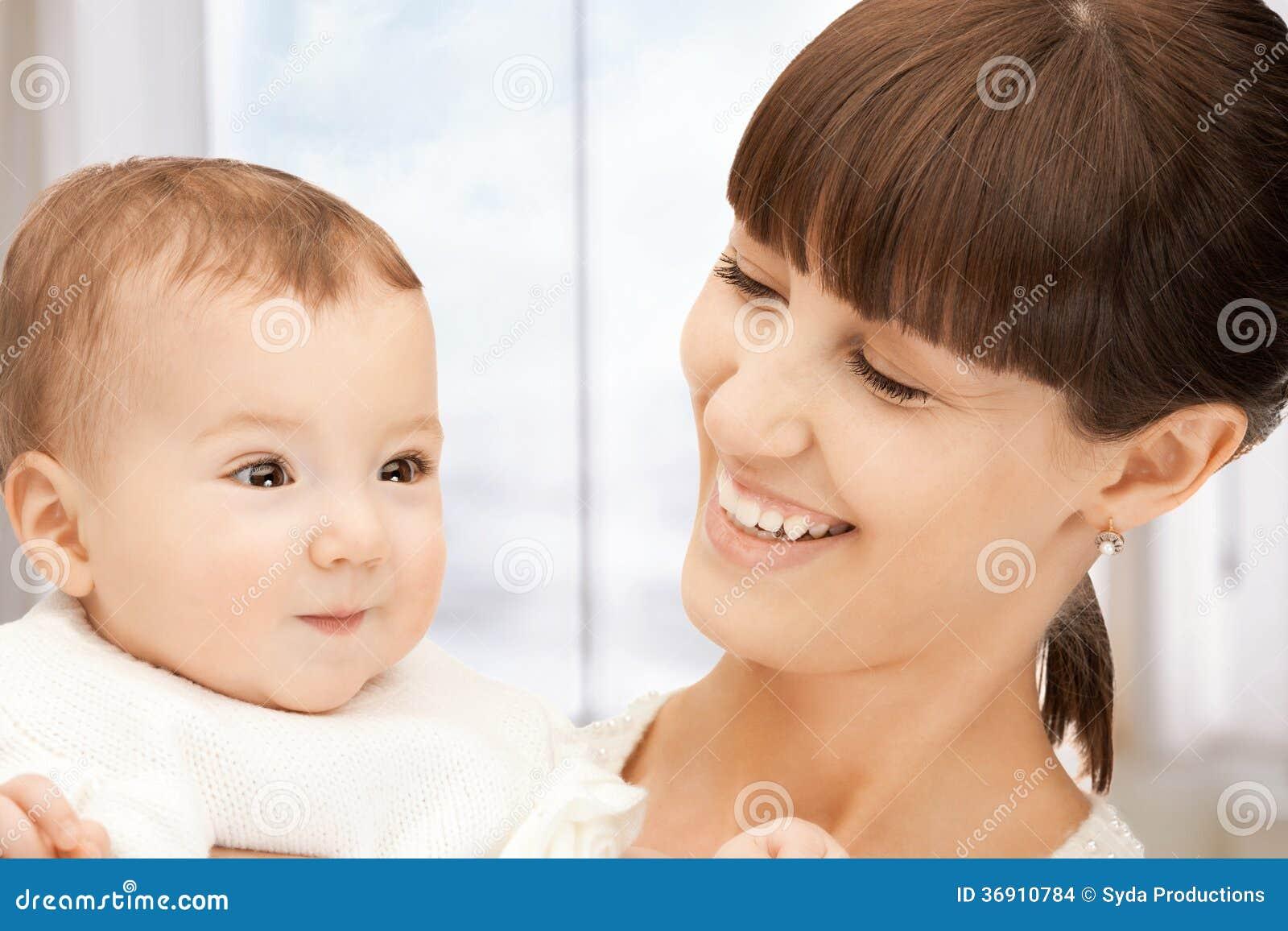 Szczęśliwa matka z uroczym dzieckiem