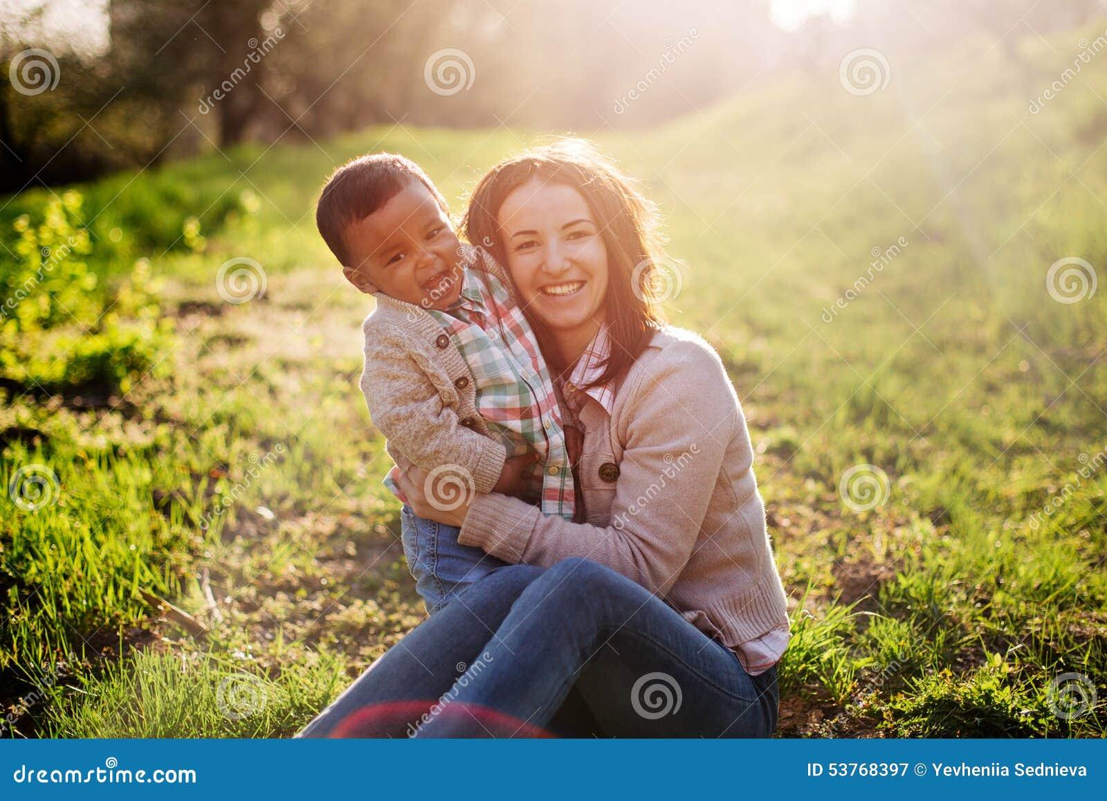 Szczęśliwa Międzyrasowa rodzina
