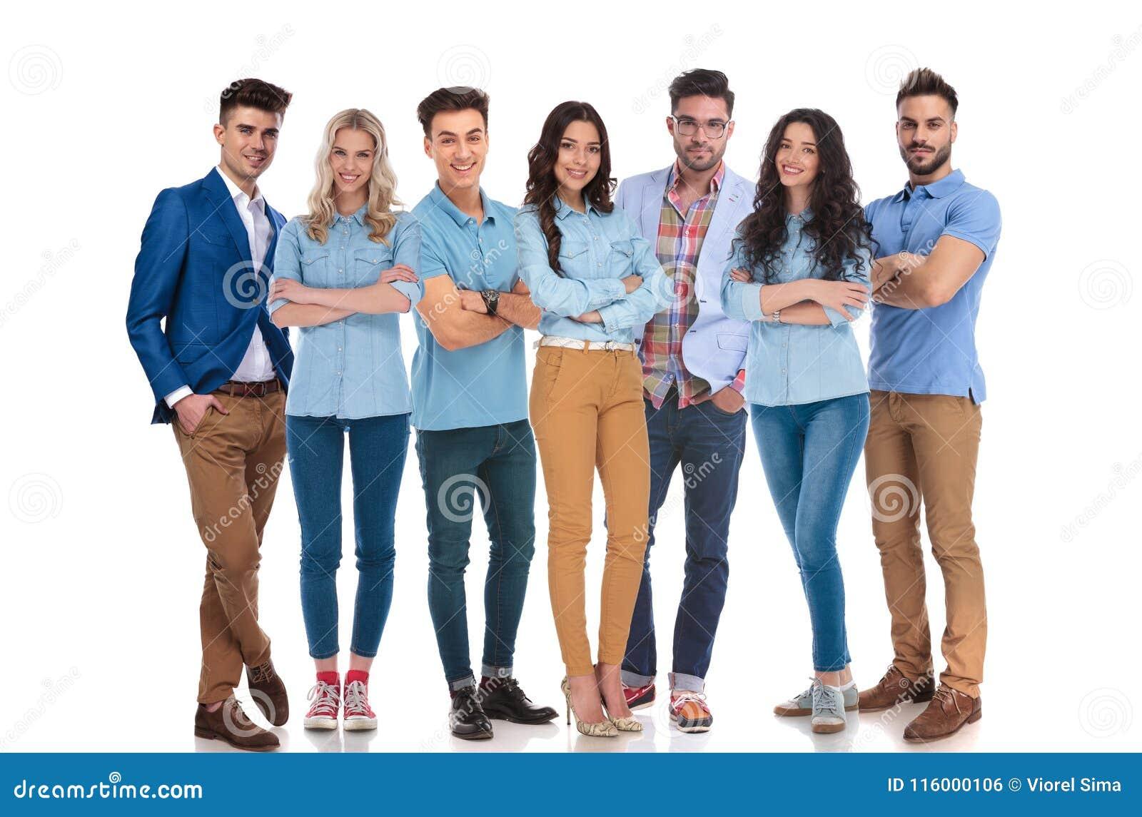 Szczęśliwa mieszana grupa siedem jest ubranym przypadkowych ubrań