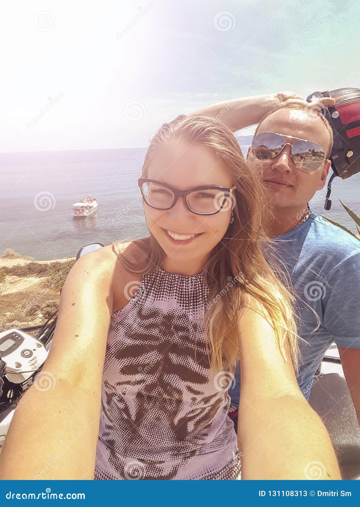 Szczęśliwa nastoletnia para z rowerem