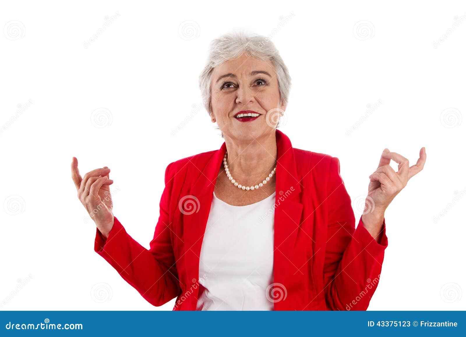 Szczęśliwa odosobniona stara kobieta w czerwony szczęśliwy o jej s i rozochoconym