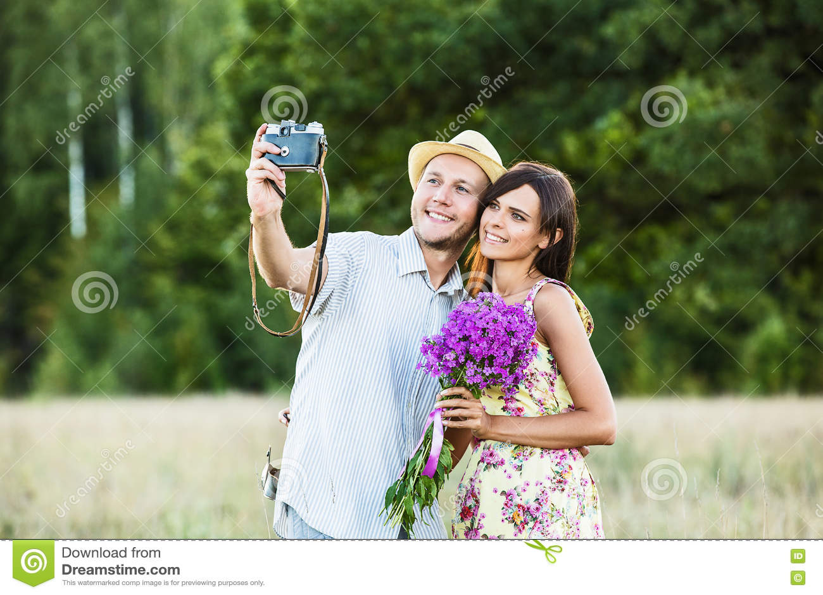 Szczęśliwa para bierze selfie