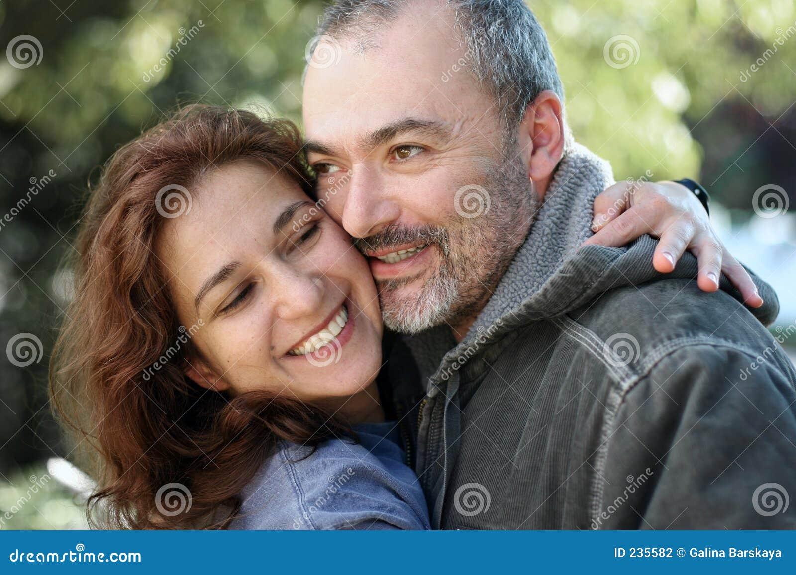 Szczęśliwa para na zewnątrz