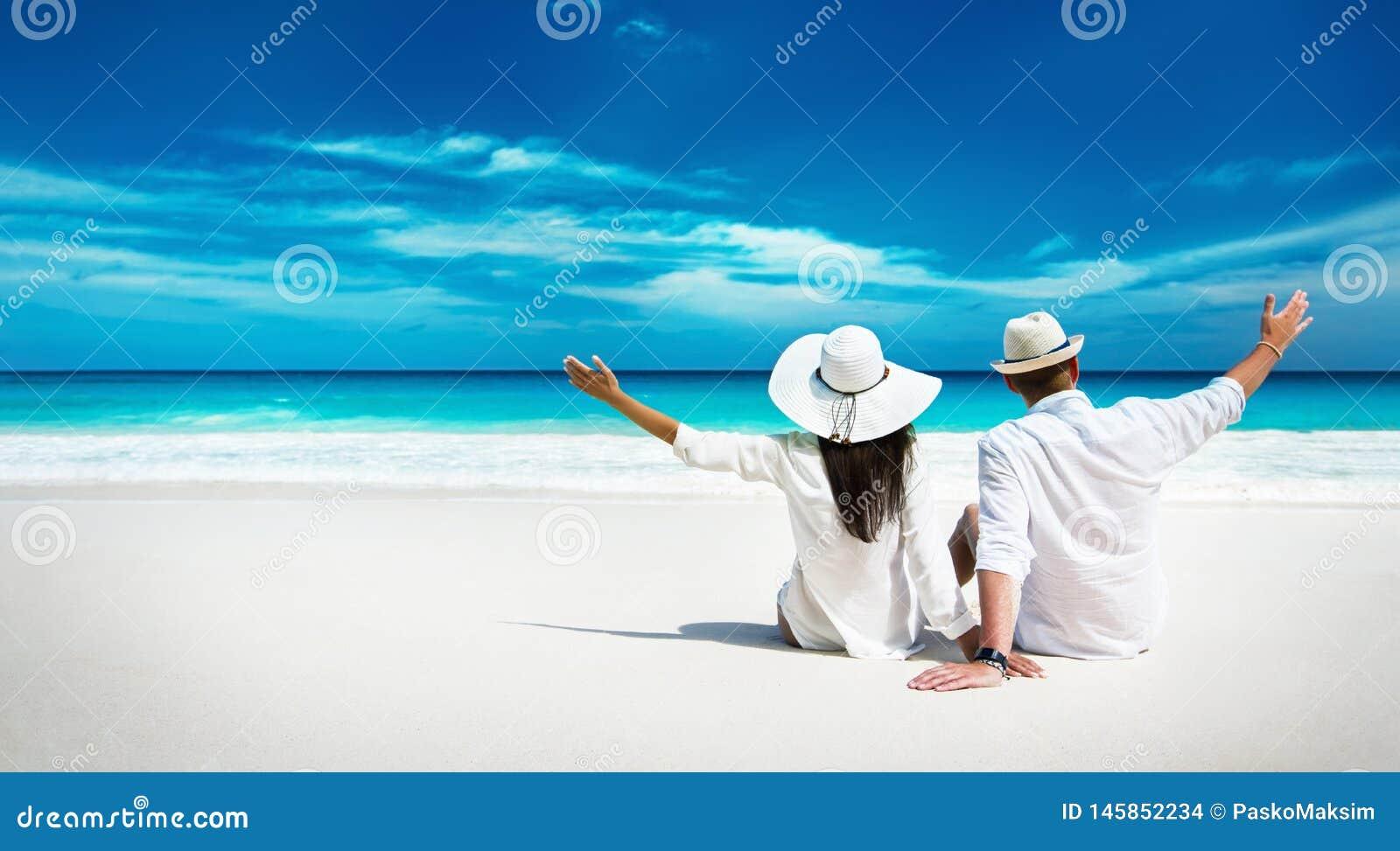 Szczęśliwa para Relaksuje na oceanie Seychelles wyspa
