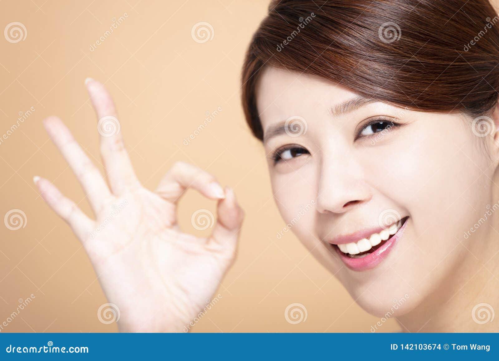 Szczęśliwa Piękna dziewczyna z ok gestem