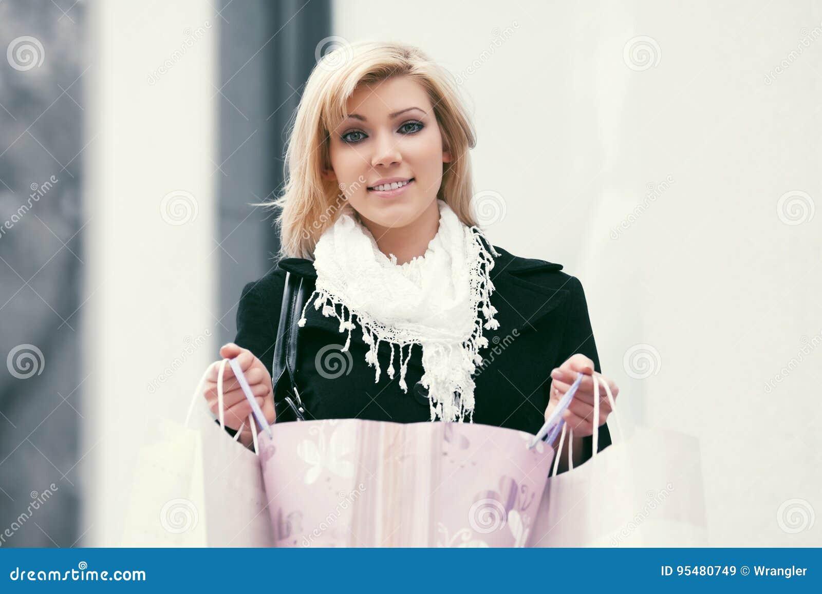 Szczęśliwa potomstwo mody kobieta z torba na zakupy