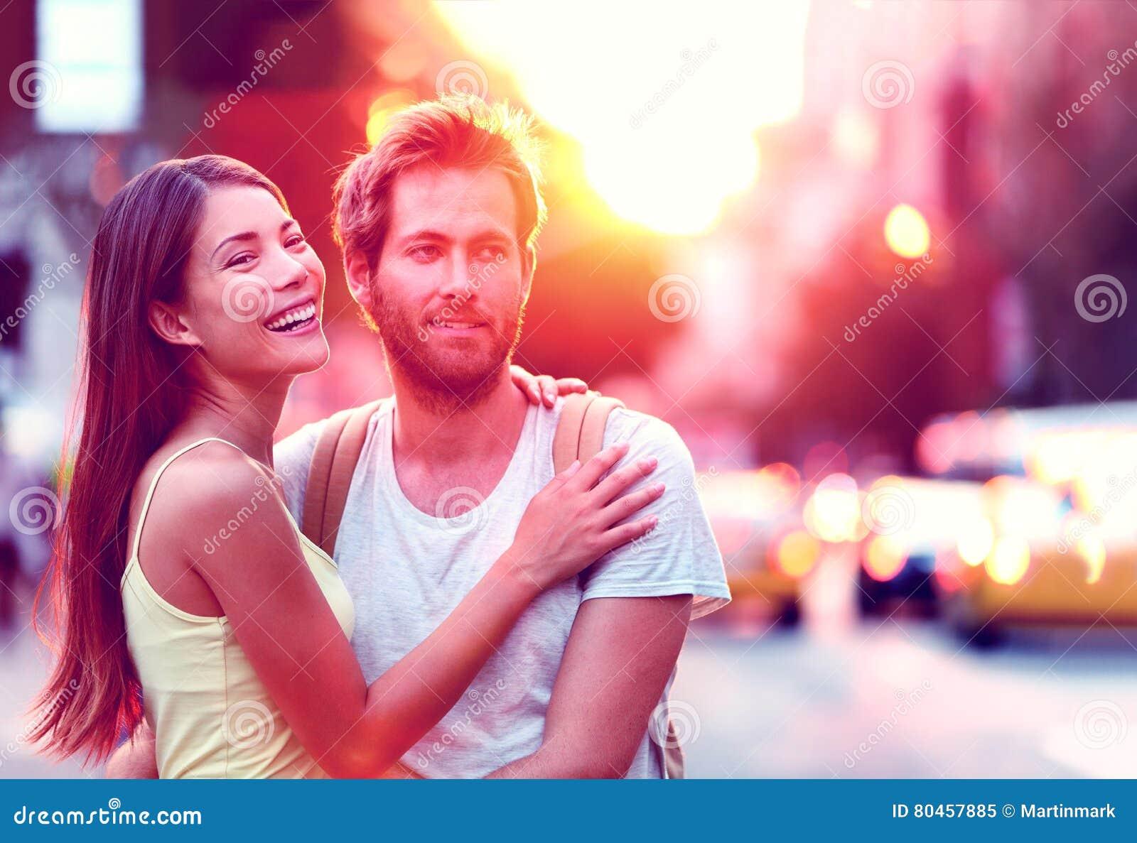 Szczęśliwa potomstwo para cieszy się miastowego miasto styl życia