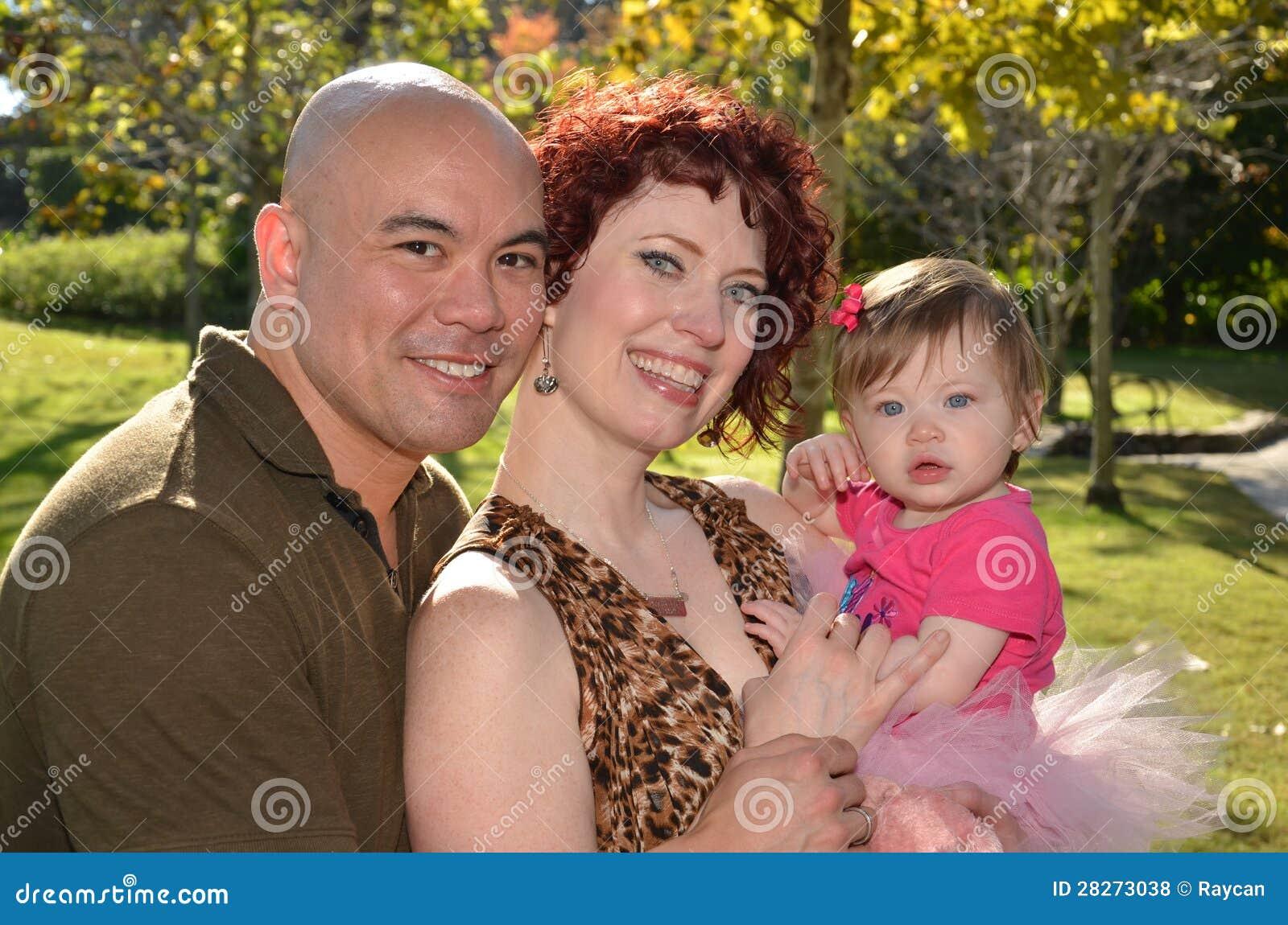 Szczęśliwa rasowa rodzina