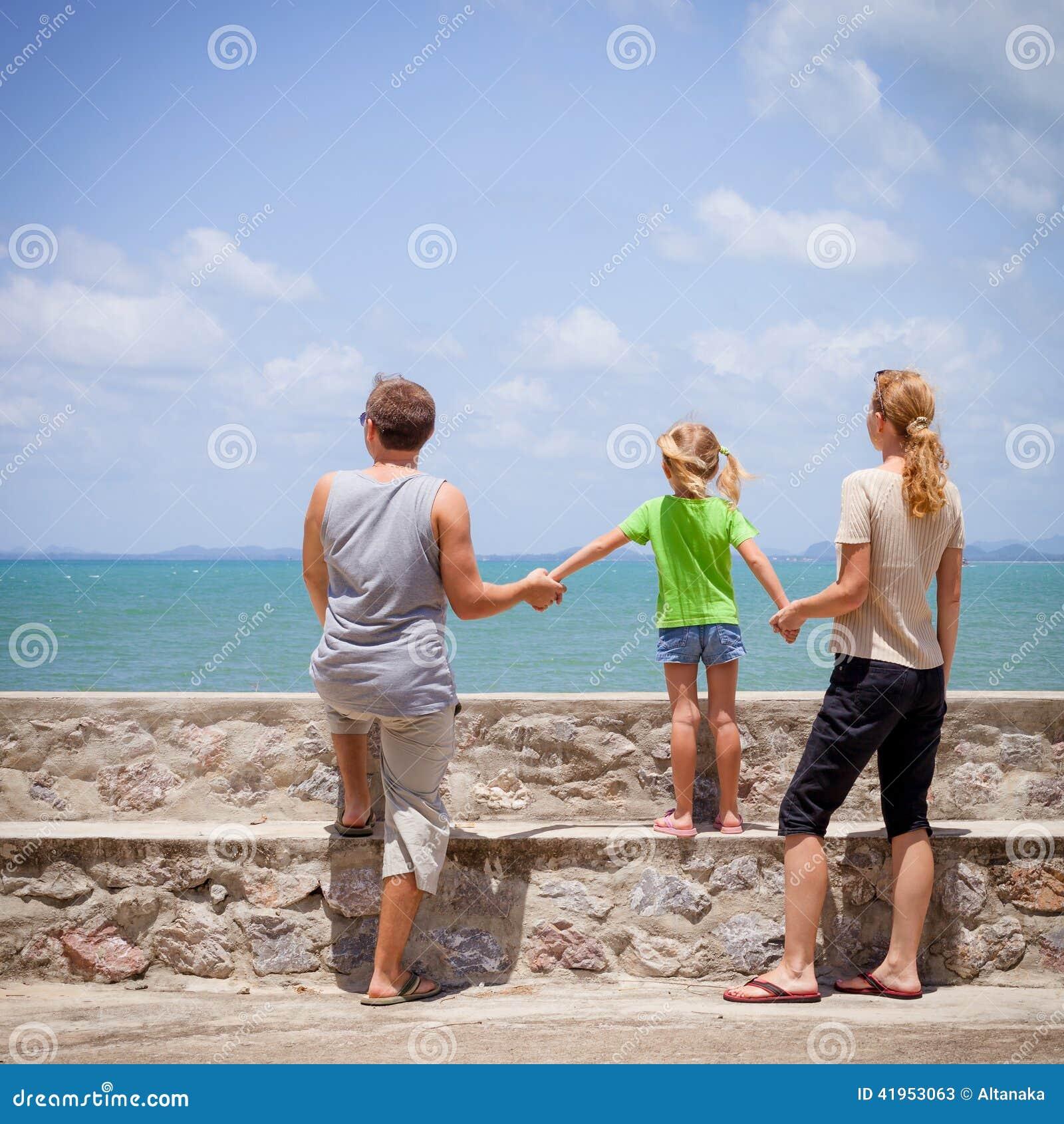 Szczęśliwa rodzina blisko plaży