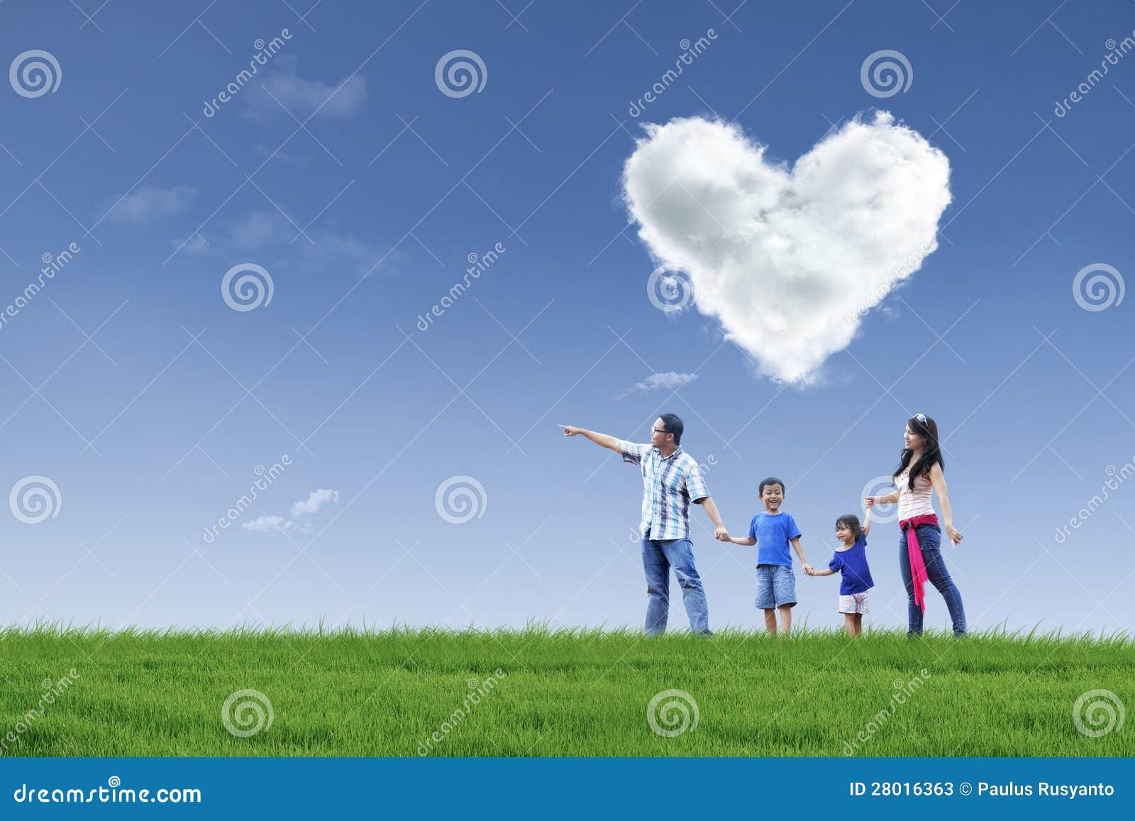 Szczęśliwa rodzina i chmura miłość w parku