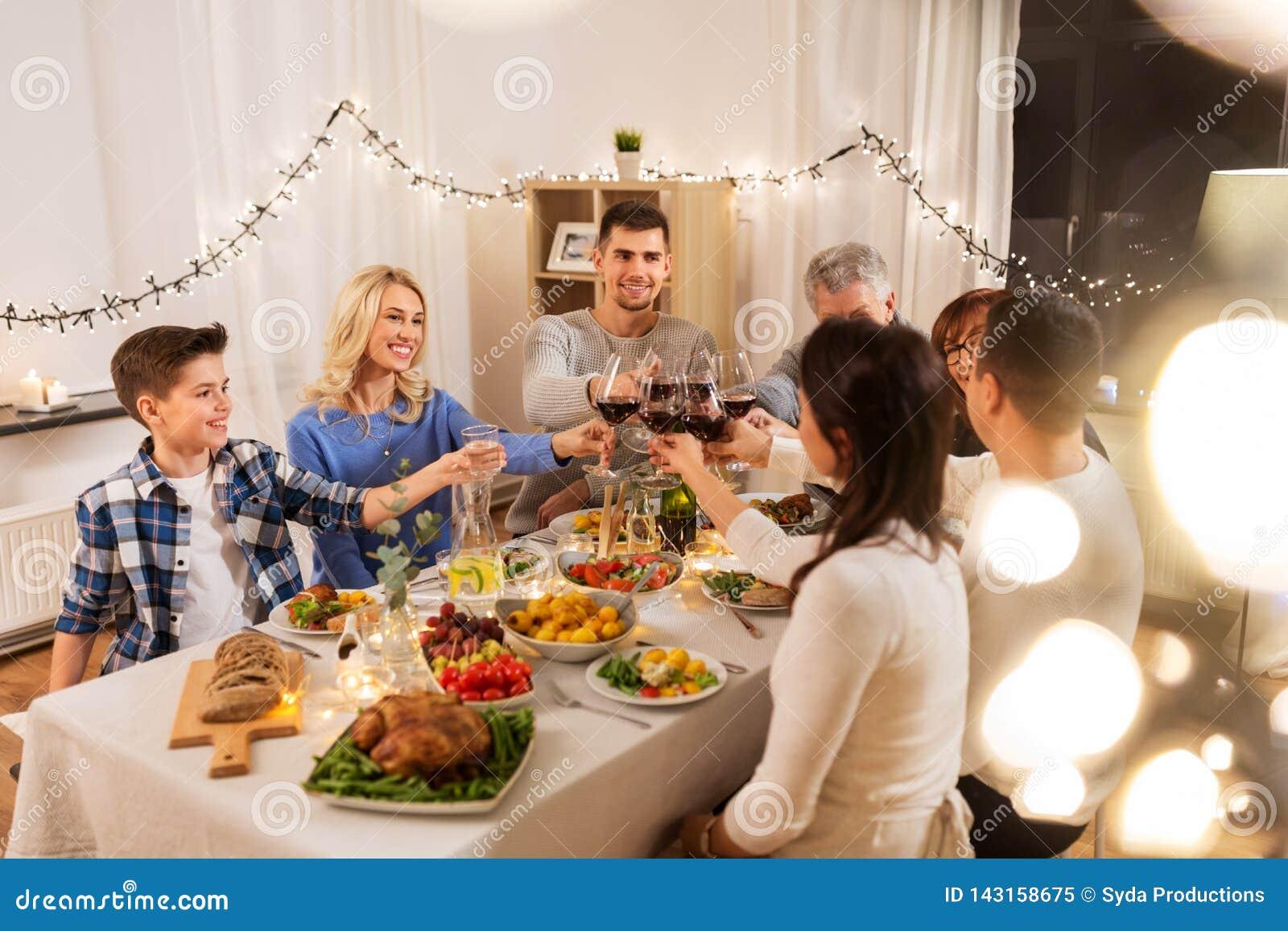 Szczęśliwa rodzina ma obiadowego przyjęcia w domu