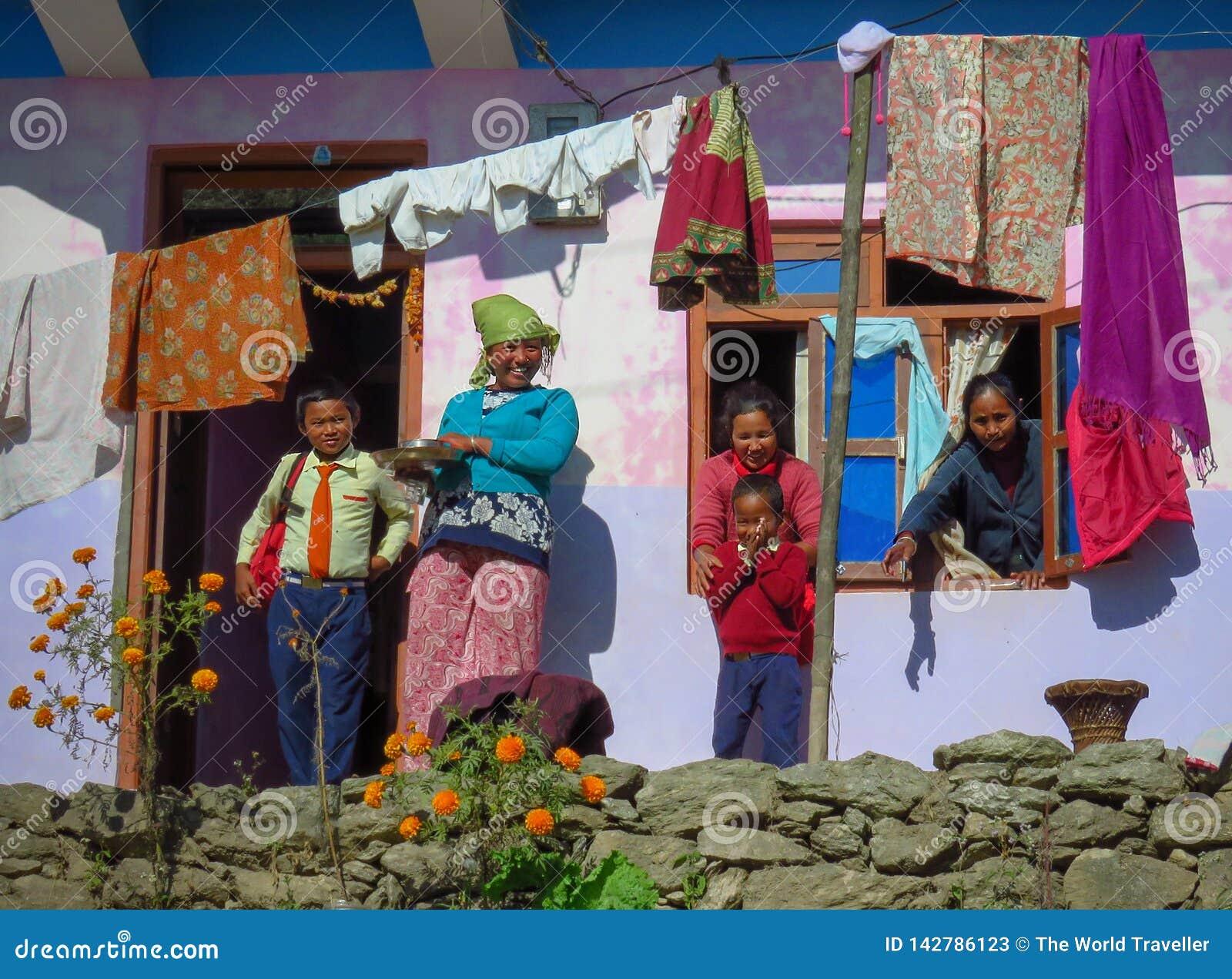 Szczęśliwa rodzina, matka i dzieci przed ich domem, Gairi Pangma, Nepal