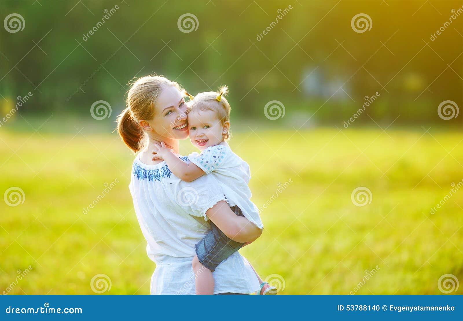 Szczęśliwa rodzina na natury matce i dziecko córce