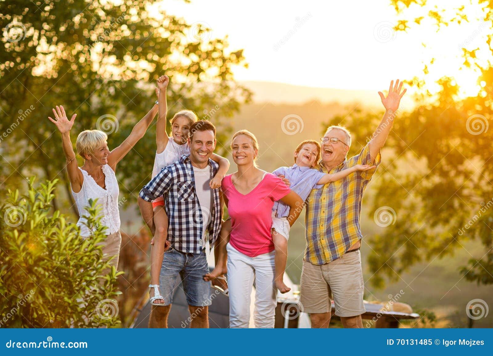 Szczęśliwa rodzina na wakacje pozuje wpólnie