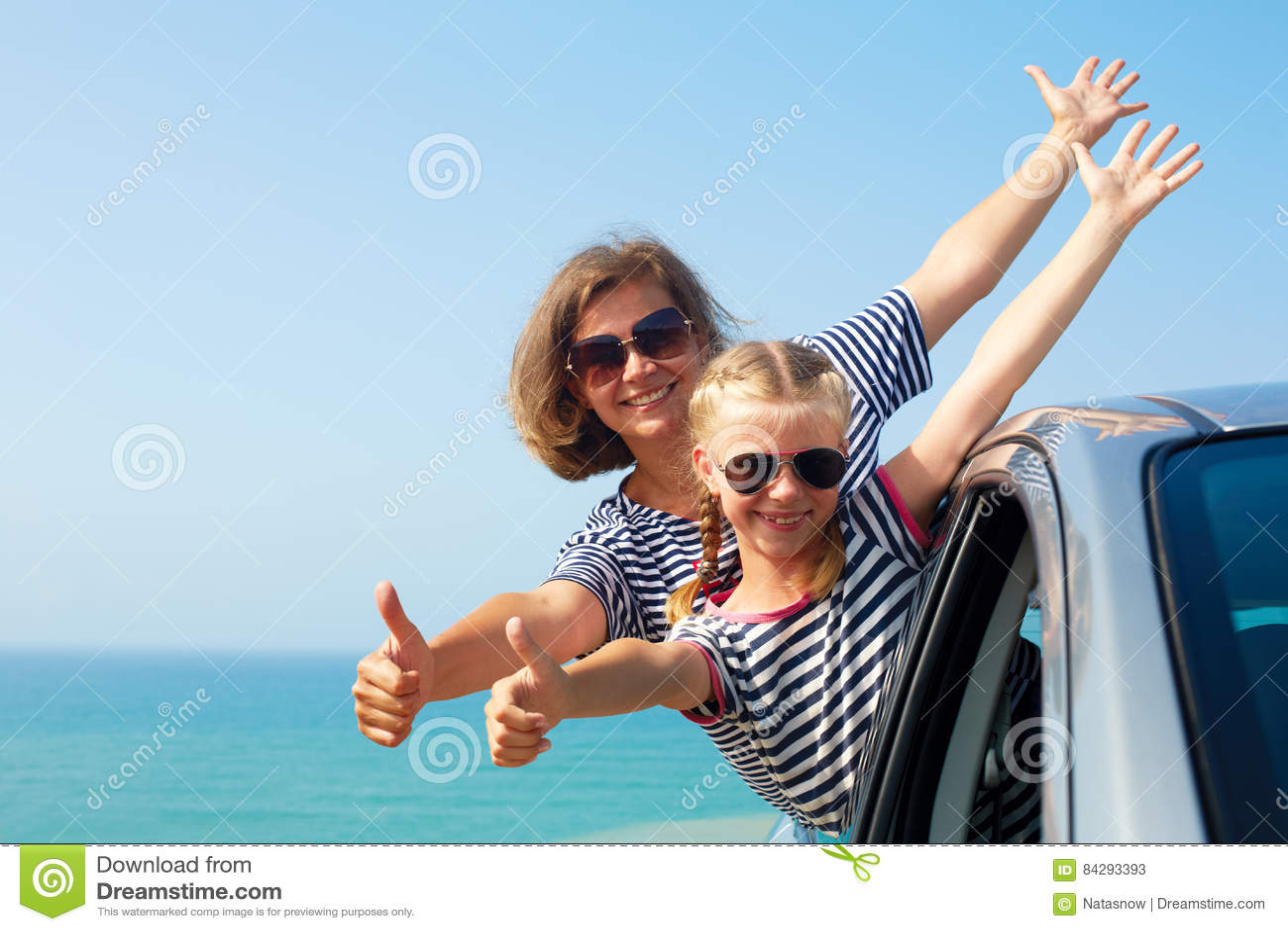 Szczęśliwa rodzina na wakacje Wakacje letni i samochód - podróży concep