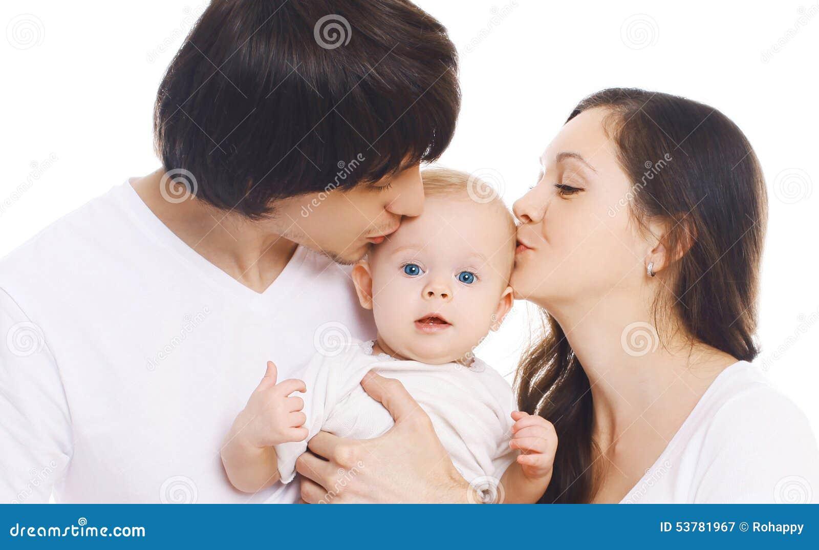Szczęśliwa rodzina, portret matka i ojca całowania dziecko,