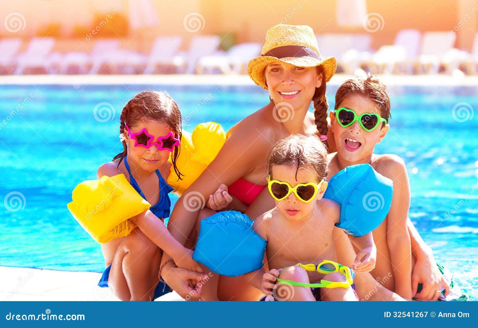 Szczęśliwa rodzina przy basenem