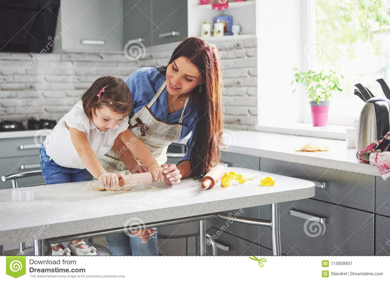 Szczęśliwa rodzina w kuchni Wakacyjny karmowy pojęcie Matka i córka przygotowywa ciasto, piec ciastka szczęśliwa rodzina