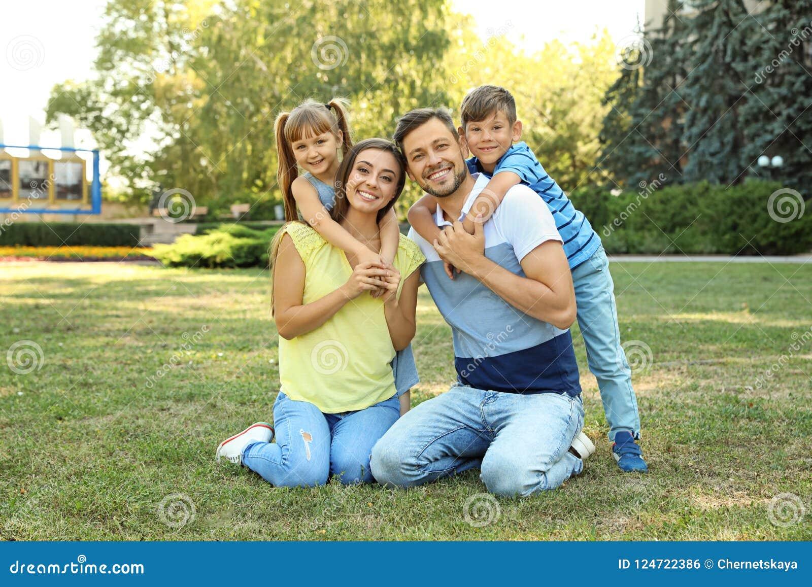 Szczęśliwa rodzina z dziećmi wydaje czas wpólnie
