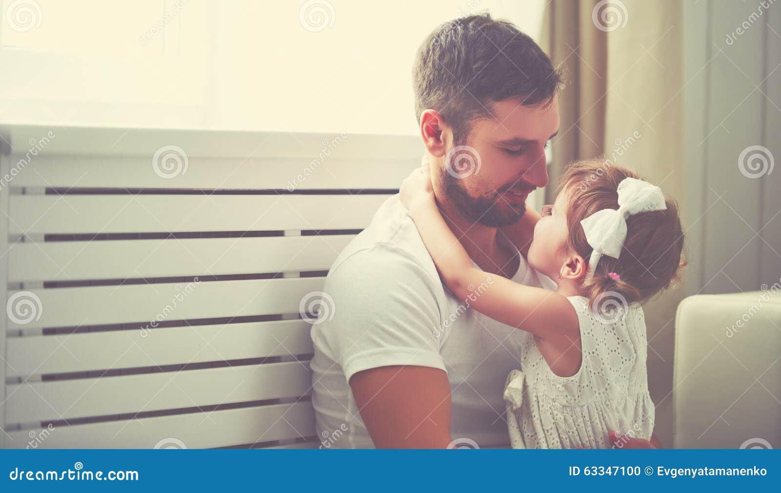 Szczęśliwa rodzinna dziecko dziewczynka w rękach jego ojcuje w domu