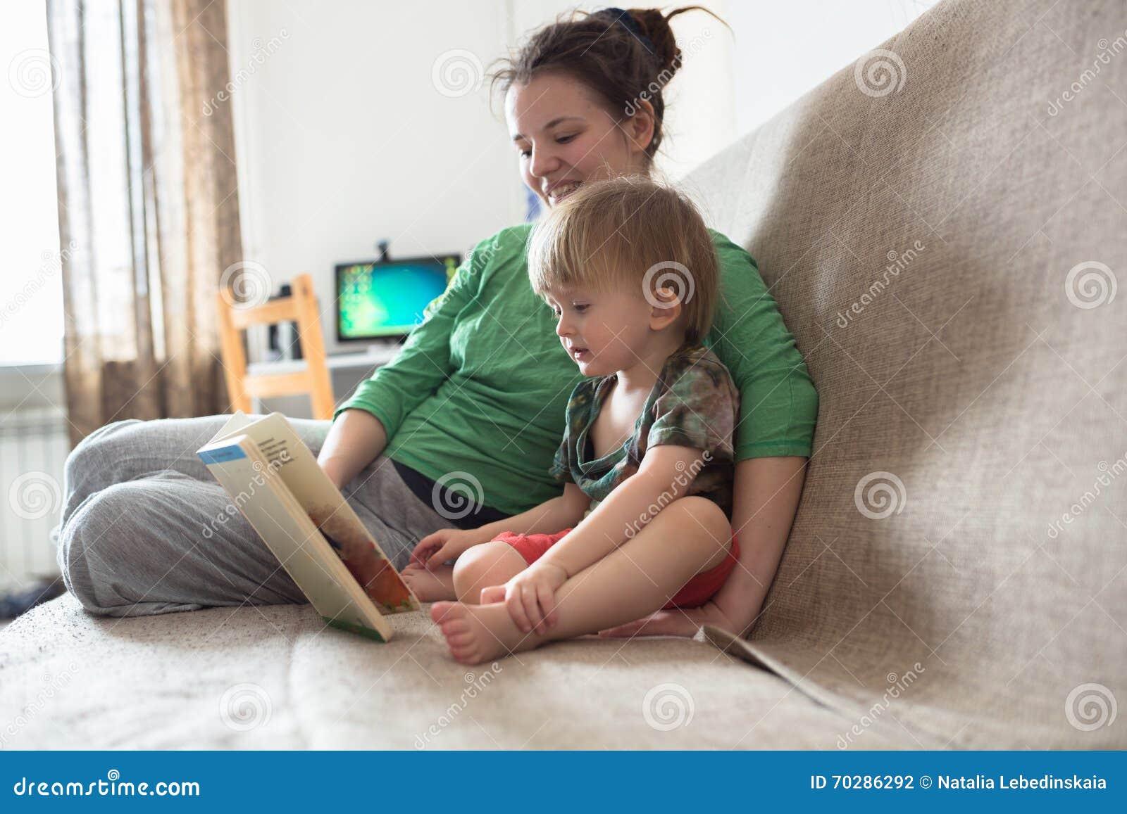 Szczęśliwa Rodzinna Mamy I Syna Kuchni Wpólnie Czytająca