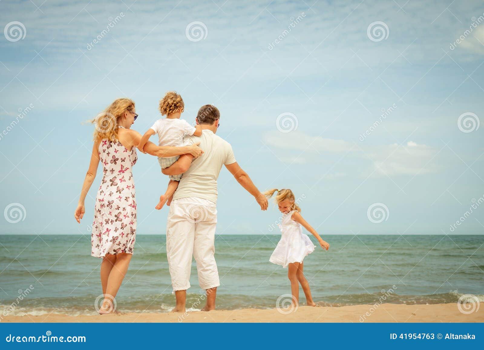 Szczęśliwa rodzinna pozycja przy plażą