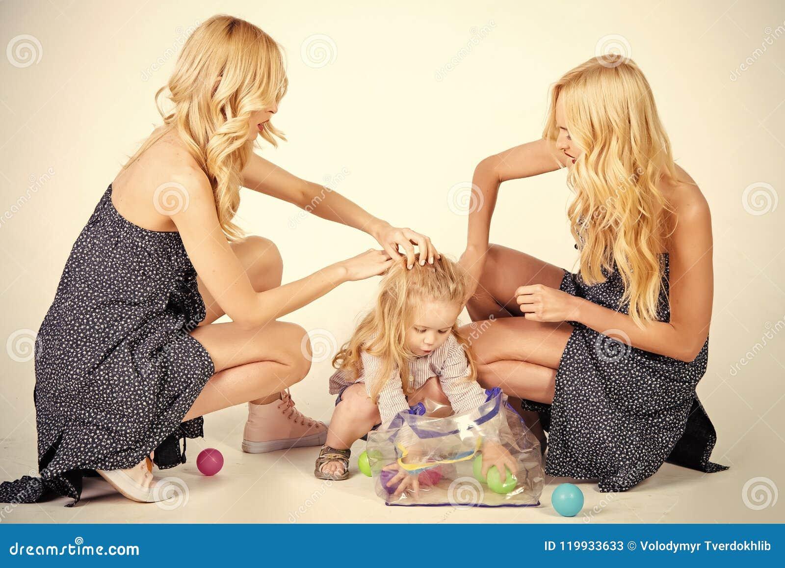 Szczęśliwa rodzinna sztuka z zabawkarskimi piłkami Dziecko mała chłopiec i bliźniak kobiety, krewni