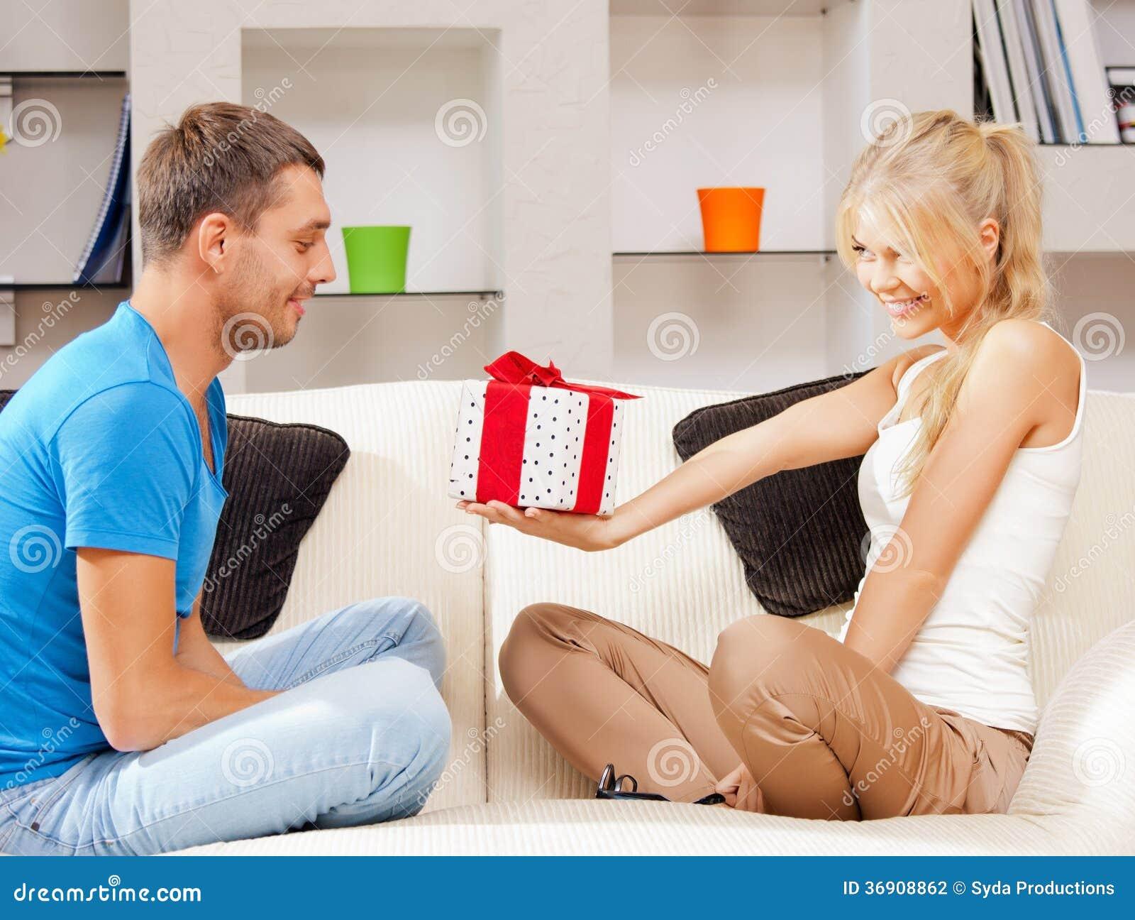 Szczęśliwa romantyczna para z prezentem