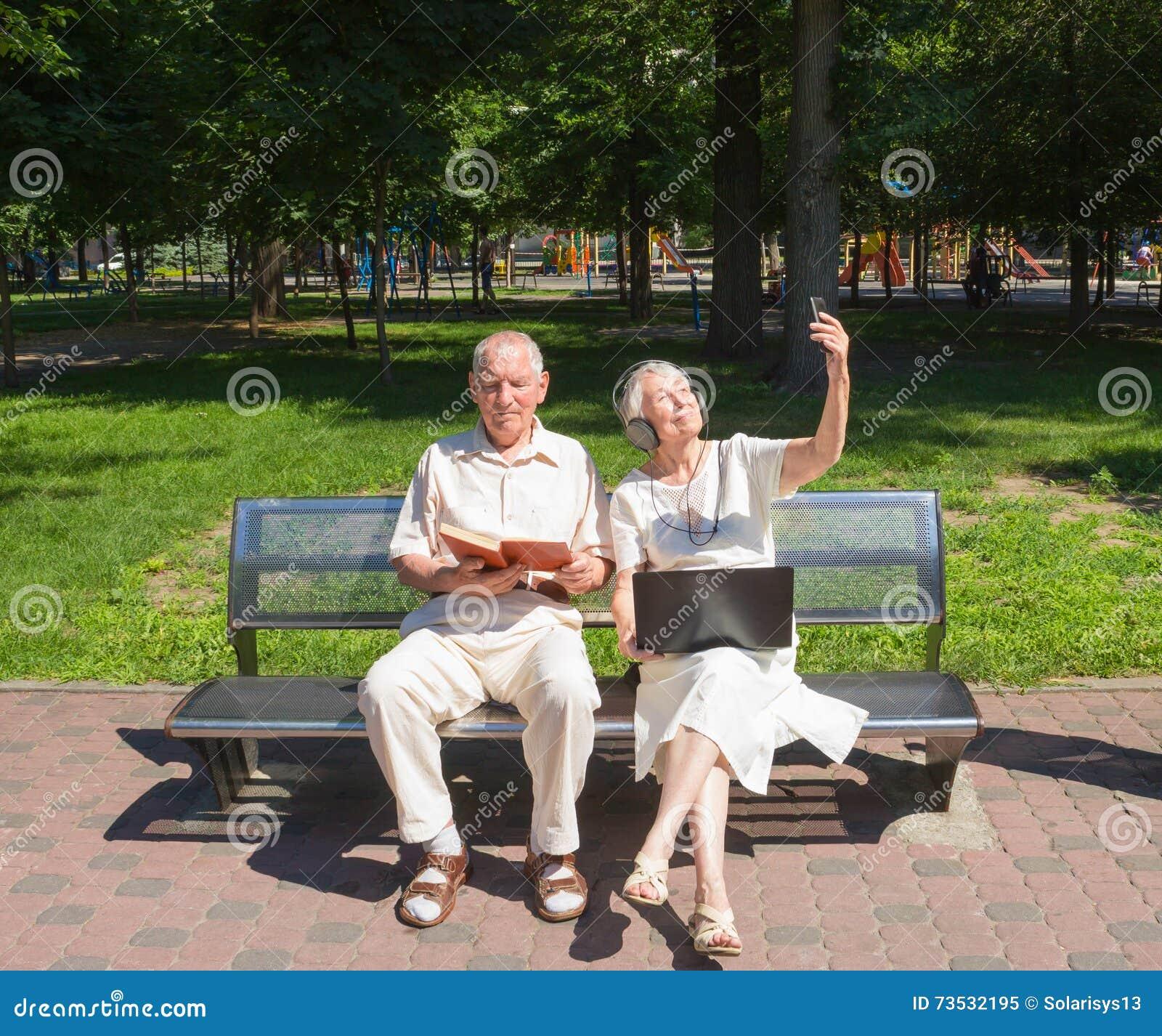Szczęśliwa stara para w lecie na spacerze